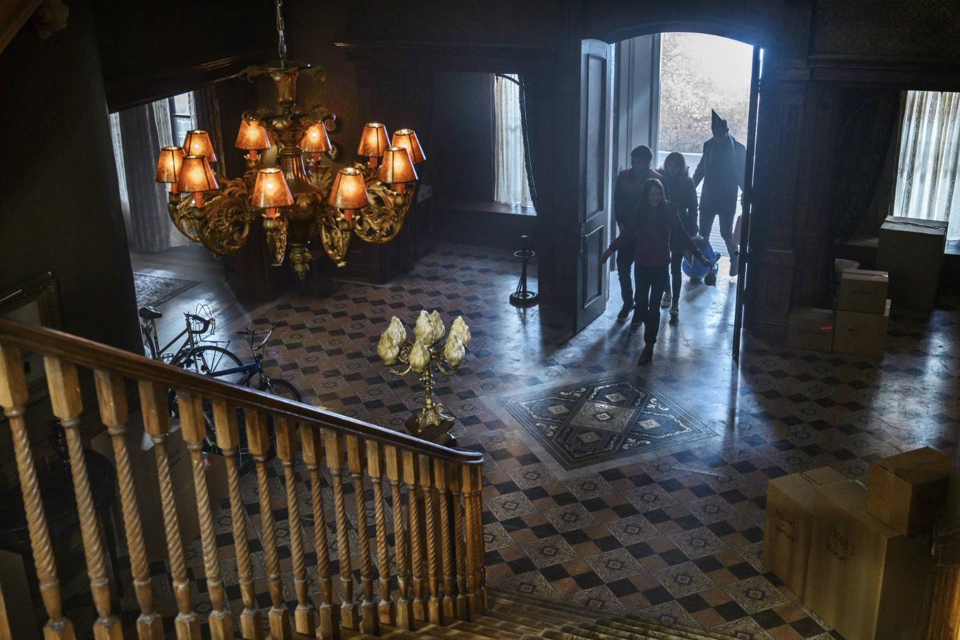 Locke & Key: De Lockes verhuizen naar het ouderlijk huis van de vader © Netflix